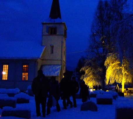 vandrere-foran-kirke.jpg