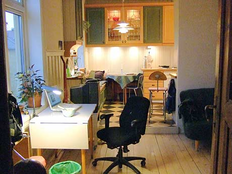 Skrivebordet mitt og kjøkkenkroken vår.