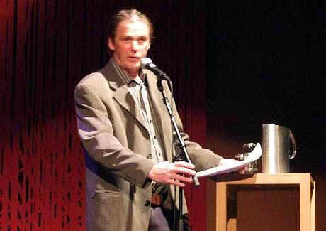 Torgeir Schjerven holder en lyrisk innledning for poetene Hans Petter Blad, Simen Hagerup, Ingvild Burkey og Erlend O. Nødtvedt.