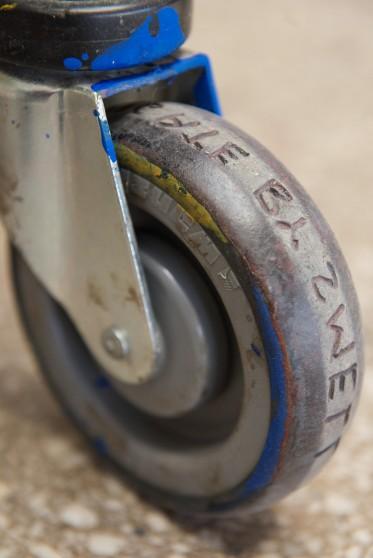 I hjulene på handlevognene har Ekblad risset inn poesi, som «trykkes» på lerretene når vognene kjøres fram og tilbake over dem. Foto: Nasjonalmuseet / Børre Høstland.