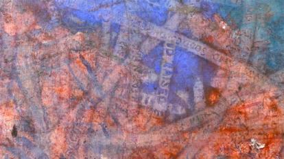 Detalj fra et av bildene hvor Ekblad har trykket ord med hjulene på handlevognene. Foto: Oda Bhar.