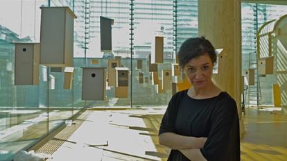 Kurator Anne Marit Lunde under monteringen av installasjonen «Hus for et utvalg norske fugler» av Huus og Heim Arkitektur. (Foto: Oda Bhar)