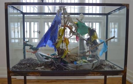 Ofte benytter Ida Ekblad funne objekter og bygger dem sammen til egne installasjoner. Foto: Oda Bhar.