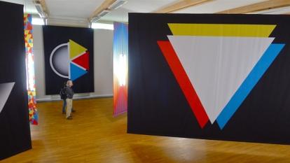 Utstillingens tittel er «OK». Hvorfor? Jo, bokstavene O og K utgjør vokal og konsonant, sirkel og trekant. Foto: Oda Bhar