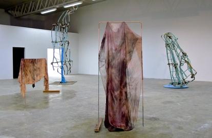 Installasjonene til Sverre Wyller (stål) og Ane Graff (tekstil) spiller fint sammen i utstillingsrommet. Foto: Oda Bhar.