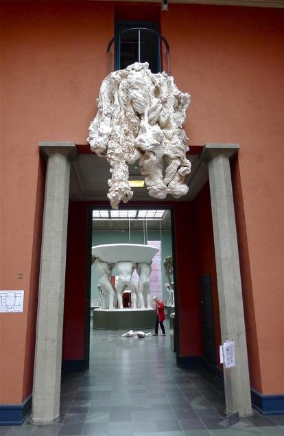 Tekstilverket «Portal» av Hanne Friis velter som en slags kjempesopp utover døråpningen til Fontenesalen. Foto: Oda Bhar.
