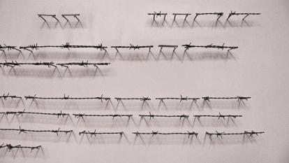 Detalj fra piggtrådbrevet «Vært tålmodig» (Be patient) av Shwan Dler Quaradaki. Foto: Oda Bhar.