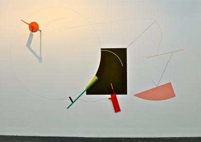 Susanne Kathlen Mader beveger seg i et konstruktivistisk landskap med vegginstallasjonen «Hendelser i stor høyde» (2013), som vant Norske Kunstforeningers debutantpris på Høstutstillingen.