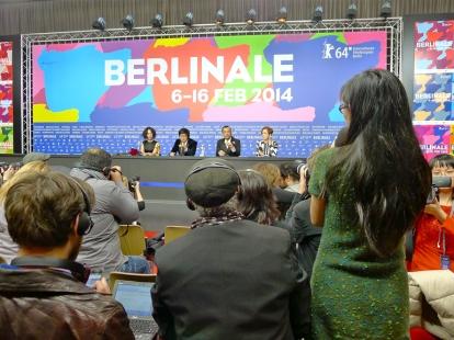 Mer stemning fra presserommet, her under samtalen med folkene bak den kinesiske Gullbjørn-vinneren «Black Coal, Thin Ice» rett etter prisseremonien. Foto: Oda Bhar
