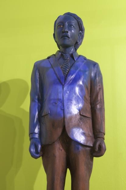 I noen av treskulpturene som er skåret ut på Sri Lanka har kunstneren fått halvveis asiatiske trekk. Pressefoto: Øystein Thorvaldsen.