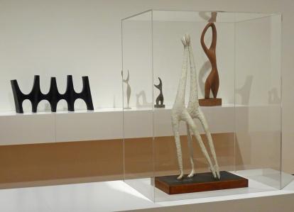 Aase Texmon Rygh, noen verker fra den tidlige delen av karrieren. Foran: «Dans» (1955). Bak til venstre: «Reinlender» (1958). Bak til høyre: «Stor trepike» (1953). FOTO: ODA BHAR.