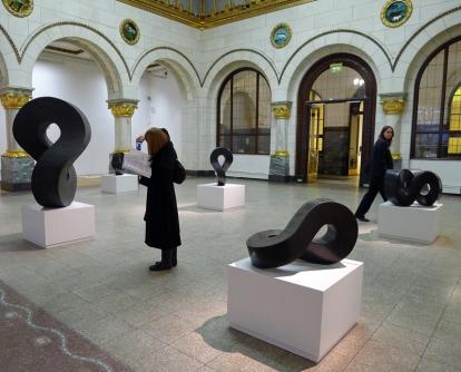 Flere av møbius-skulpturene til Aase Texmon Rygh har fått plass på utstillingen. Foto: Oda Bhar.