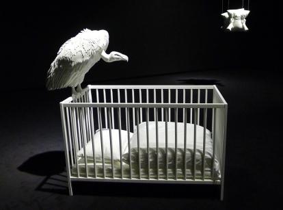 Elmgreen & Dragset: Gribben over barnesenga bærer tittelen «Eternity» (2014), og skal symbolisere en kunstkritiker. Verket med putene i bakgrunnen blir omtalt som et slags dobbelt selvportrett, og heter «The Agony and the Ecstasy» (2010). Foto: Oda Bhar.