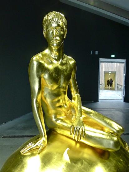 Elmgreen & Dragset: «He (Gold)» (2012). Foto: Oda Bhar.