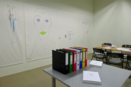 På åpningsdagen hadde publikum allerede begynt å tegne på veggplakatene i Inforeaktoren. Foto: Oda Bhar.