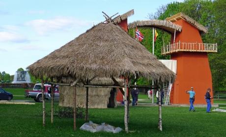 Kongolandsbyen-fontene-og-hytte
