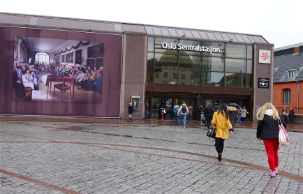 For tida henger et banner med Trond Hugo Haugens fotografi «Et riksportrett (etter Eidsvold 1814)» på fasaden av Oslo S. Foto: Oda Bhar.