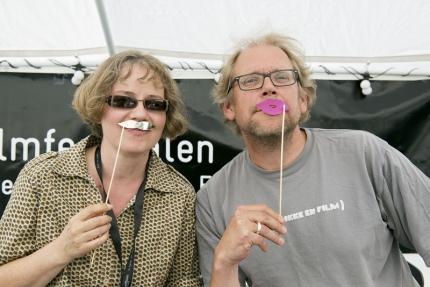 Jeg og Kalle Løchen med papirbart i sceneteltet. Foto: Morten Espeland / Kortfilmfestivalen.